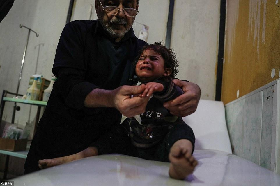 Los residentes en el enclave rebelde de Douma se han refugiado de los ataques aéreos y el bombardeo de artillería