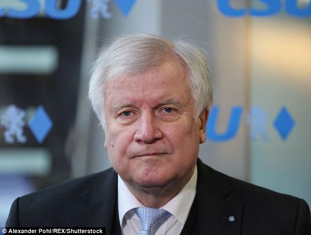 """Horst Seehofer (en la imagen), de la conservadora partido hermana bávara de la canciller Angela Merkel, la CSU, también prometió una campaña más amplia de ley y orden de """"cero tolerancia"""" bajo su nuevo gobierno de coalición que se lanzará el miércoles"""