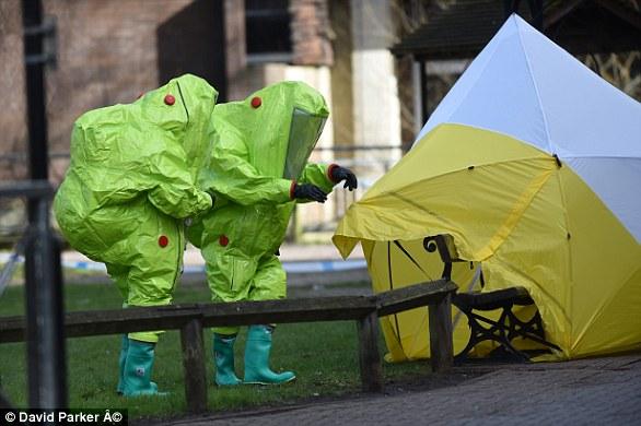 Des agents portant des combinaisons de protection contre les produits chimiques ont placé la tente médico-légale par-dessus le banc où Sergei et Yulia sont tombés malades