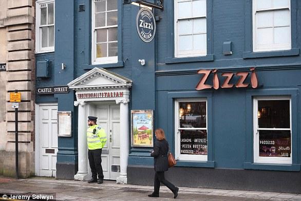 Un policier monte la garde devant le restaurant Zizzi où Sergei et Yulia ont déjeuné avant de s'effondrer dans un parc voisin