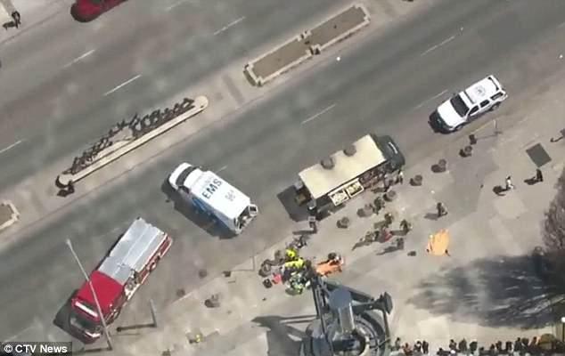 Una camioneta blanca ha derribado al menos a ocho peatones en Canadá, dijo la policía.  En la foto, los primeros respondedores tratan a algunos de los heridos en la escena