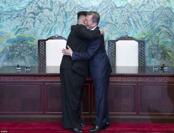 Kim Jong-un and Moon Jae-in hold hands during historic ...
