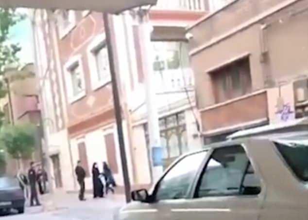 Otros policías aparecen para ofrecer respaldo a su colega mientras intentan detener al estudiante (derecha)