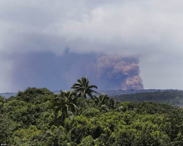 A earthquake of magnitude-6.9 hit about 12:33pm Friday and was centered near the south flank of Kilauea volcano