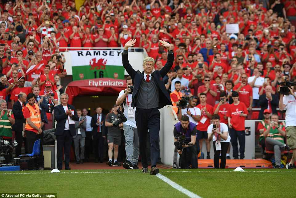 Arsene Wenger was given an emotional send-off at the beginning of his last home game as Arsenal manager