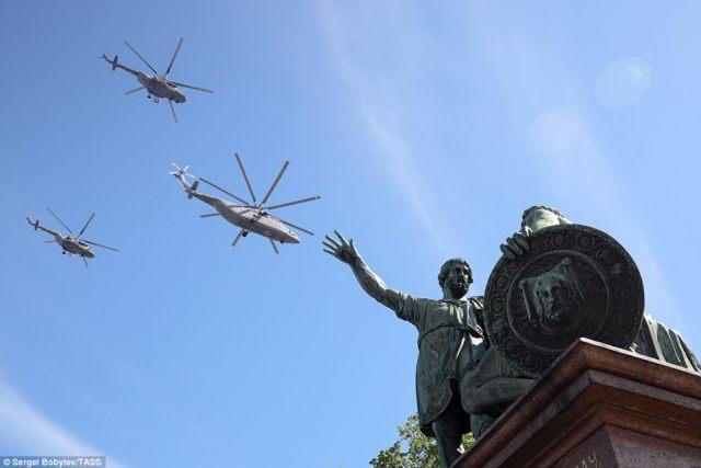 ミルMi-26ヘビートランスポートヘリコプターとMil Mi-8戦闘ヘリコプターの形成