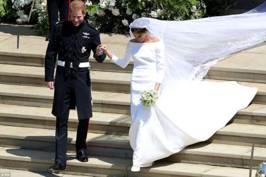 La novia brillante eligió un vestido de estilo Audrey Hepburn en un estilo clásico en comparación con el número de cuentas que se preveía usar