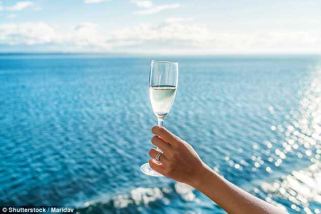 Os cientistas dizem que de uma a três taças de champanhe podem ajudar a melhorar a memória e o funcionamento do cérebro graças a compostos especiais encontrados nas uvas usadas para fazer isso.