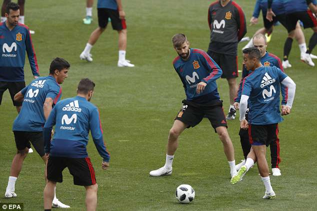Spain players Pique (third right) and Andres Iniesta (second right) take part in team's training