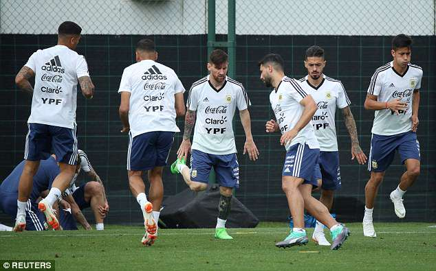 Messi (C), Aguero (3-R), Manuel Lanzini (2-R) and Meza (R) take part in some running drills