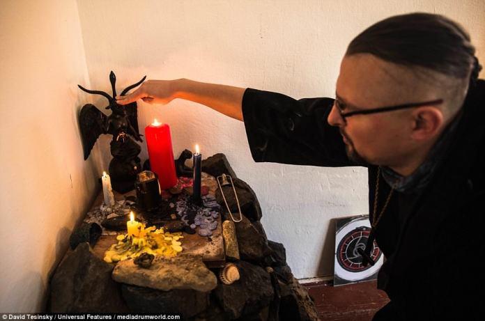 Eles não realizam sacrifícios, mas podem participar de práticas rituais, para 'limpar' a si mesmos da 'bagagem emocional indesejada'.