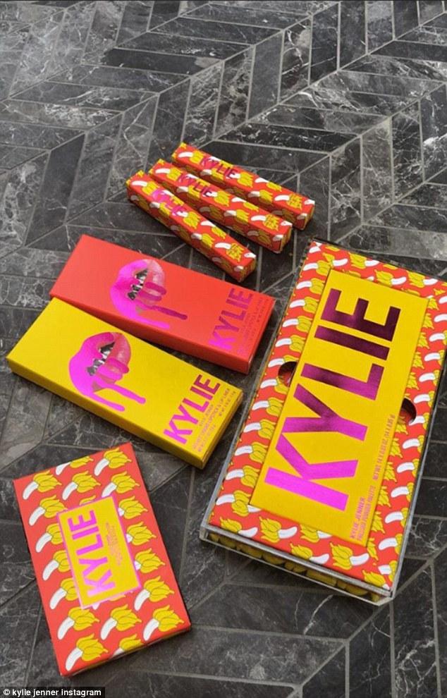 Nur die Fakten, Ma'am: Kylie Cosmetics ist ein Kosmetikunternehmen von Kylie und war früher bekannt als Lip Kits By Kylie. Aber das Unternehmen wurde 2016 nach der Veröffentlichung des flüssigen Lippenstift- und Lipliner-Sets, dem Kylie Lip Kit, im Jahr 2016 gegründet und in Kylie Cosmetics umbenannt