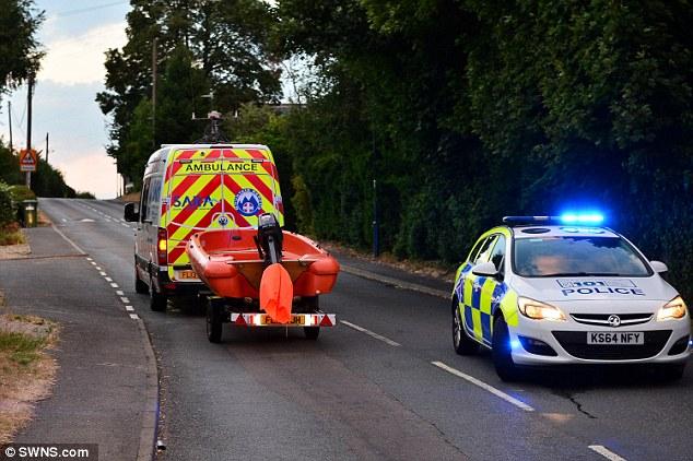 Ein Severn Area Rescue Association Team kommt gestern mit einem Boot in Warwickshire an