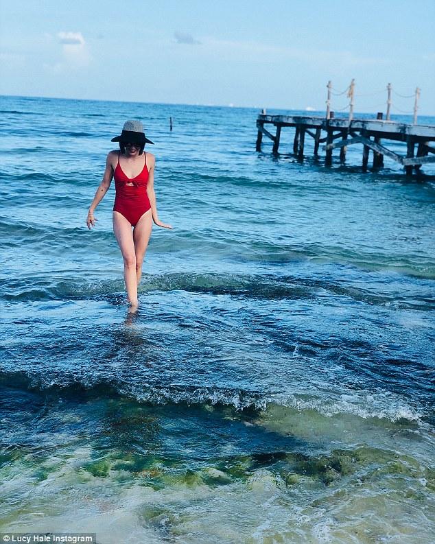 Schön: Sie hat Schnappschüsse von der Reise geposted, darunter eine, während sie mit ihrer Hinterhand in einem roten Badeanzug posierte