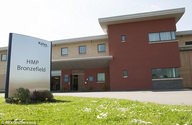 Der berüchtigte Mörder wurde lebenslänglich verurteilt, nachdem er 2013 drei Männer zu Tode geprügelt hatte. Er verbringt Zeit bei HMP Bronefield in Surrey (Foto).