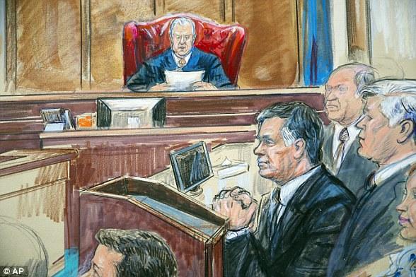 Was passiert nun: Richter T. S. Ellis III wird entscheiden, ob die zehn Anklagen, zu denen die Jury kein Urteil fällen konnte, fallen gelassen werden. Ungeachtet dessen wird Manafort zu acht Betrugsvorwürfen verurteilt, die eine Haftstrafe von bis zu 80 Jahren beinhalten können