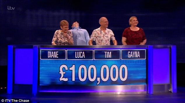 Une équipe de l'épisode de lundi de The Chase a remporté un prix de 100 000 £, leur donnant chacun 25 000 £. Il a été révélé que c'est le montant le plus élevé jamais gagné à la télévision de jour. Sur la photo: Diane, Luca, Tim et Gayna après avoir gagné leurs gains