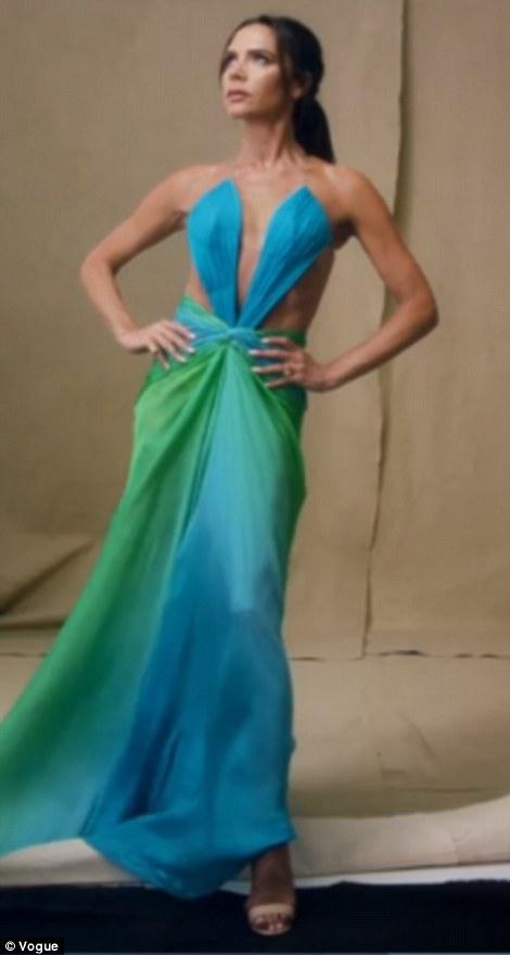 Repérer la différence: elle a encore une fois porté la robe découpée de Robert Cavalli, qu'elle a portée en 2005 (à droite), à l'occasion d'un événement de mode à Monaco