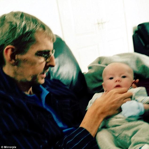Joseph MacMillan (photographié avec son petit-fils) a vu ses prestations réduites car il pouvait faire une tasse de thé, sa famille dit