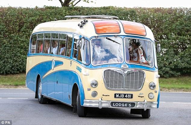 Vintage chic: Chris conduisait habilement le bus alors que Natasha regardait de face
