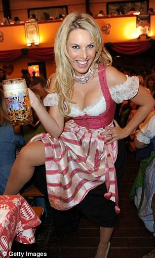La mannequin Alessandra Geissel admirant la fête de la bière