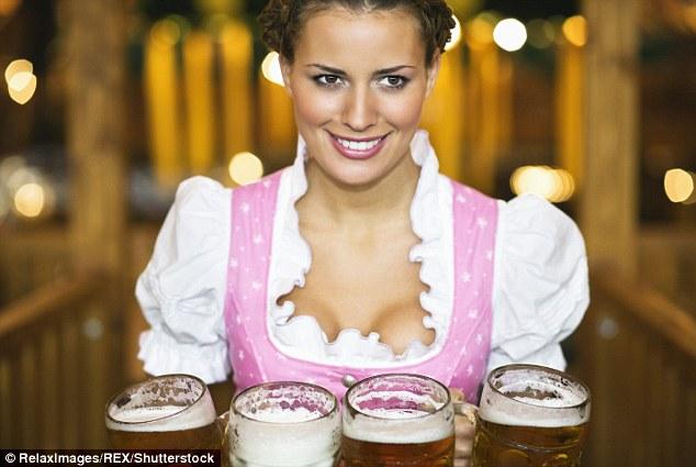 Une serveuse tenant quatre cruches de bière à l'Oktoberfest à Munich l'année dernière