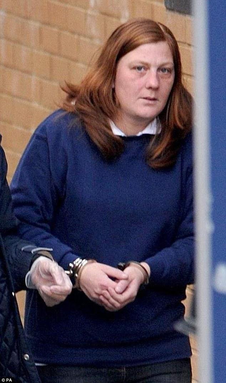 Karen Matthews étant conduite depuis le poste de police de Dewsbury en 2008 après son arrestation pour le crime
