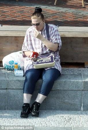 Karen Matthews a également été aperçue en train de préparer un repas McDonald sur un banc dans le centre-ville
