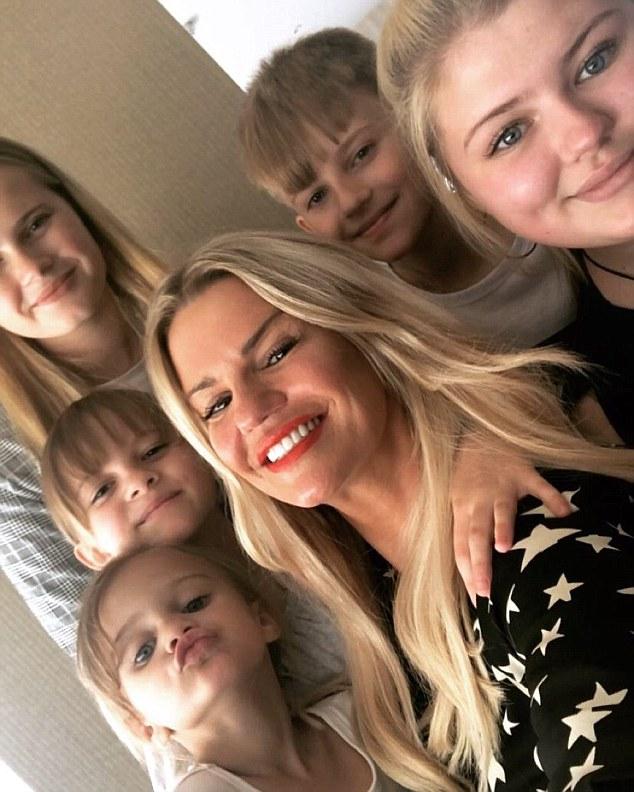 Soutien: elle a dit que ses enfants, Molly, 15 ans, Lily-Sue, 14 ans, Heidi, dix ans, Max, neuf ans et Dylan-Jorge, trois ans, étaient plus conscients des problèmes de santé mentale que leurs enfants. trempettes