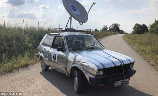 """Il proprietario di un veicolo soprannominato """"la peggiore automobile del secolo"""" lo ha avvolto in carta stagnola e l'ha messo in vendita per 450 sterline come auto """"a prova di alieno"""""""