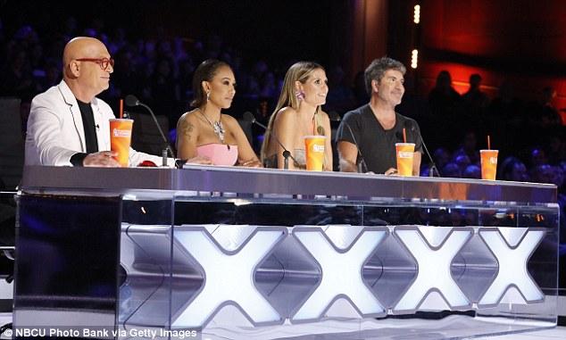 Les juges: Howie Mandel, Heidi Klum, Mel B et Simon ont jugé les demi-finalistes