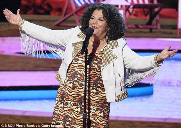 Routine de comédie: Vicki, 60 ans, a fait une comédie dans le but d'atteindre la finale