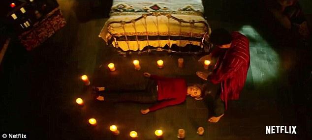Spellbound: Sabrina posée au milieu d'un cercle de bougies allumées alors qu'un homme se tenait sur elle avec ses mains planant sur son visage