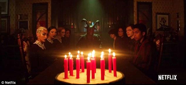Joyeux anniversaire en effet: tout se termine quand Sabrina est chanté joyeux anniversaire par une table pleine de monde - y compris un homme démoniaque au bout de la table