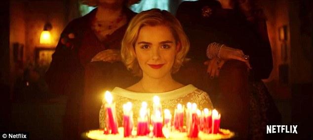 Fille d'anniversaire: Shipka sourit en regardant son gâteau d'anniversaire