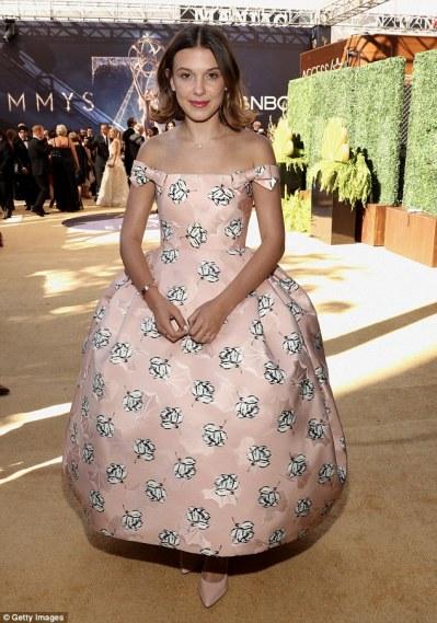 Il risultato dell'immagine per Calvin Klein ha portato gli utenti di Instagram nel backstage degli Emmy Awards 2018 con la star di Stranger Things Millie Bobby Brown.