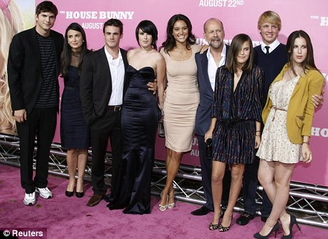 La famiglia: Ashton Kutcher, Demi Moore, Rumer Willis' boyfriend Michael Alberti, Rumer Willis, Emma Heming, girlfriend of Bruce Willis, Bruce Willis, Lula Willis, an unidentified man, and Scout LaRue Willis in Los Angeles last August