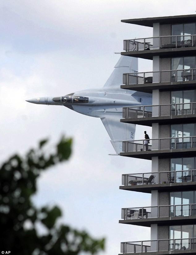 Ez egy F18-as egy múlt heti show-n a Detroit folyó felett 100 láb (33 méter) magasan.
