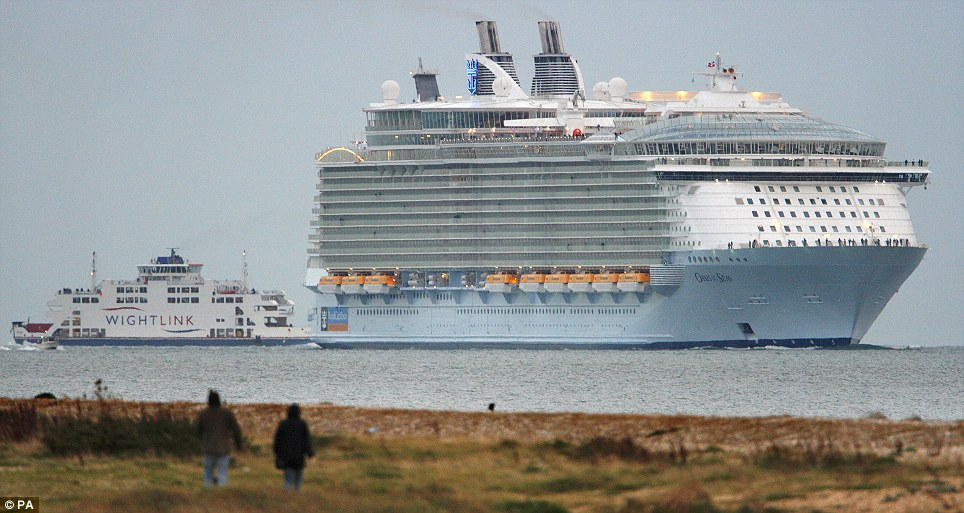 The Oasis of the Seas enters The Solent