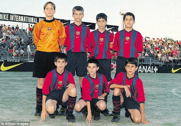 TIm Muda FC Barcelona (tahun 1999). Cesc Fabregas (bawah, paling kiri), dan Gerard Pique (atas, kedua dari kiri)