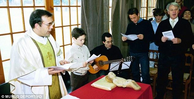 Pemain muda FC Barcelona sedang beribadah di geraja (sekitar tahun 1997). Andres Iniesta kecil (kedua dari kiri), serta Pepe Reina (kedua dari kanan) sedang bernyanyi carol
