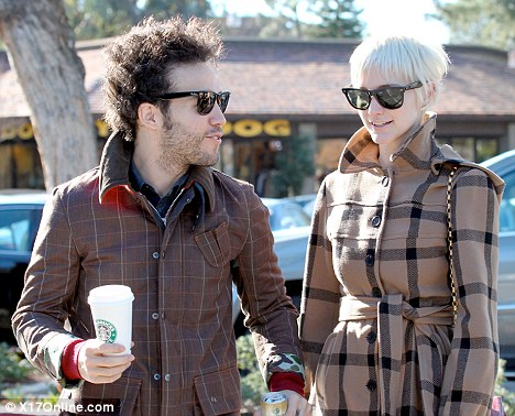 Ashlee Simpson files for divorce from Pete Wentz citing ...