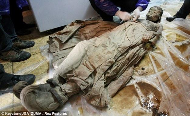 Oh madre!  La mujer, con un vestido de la dinastía Ming, se cree que ha estado en un nivel alto