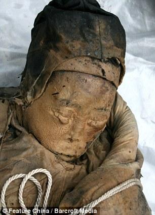 Increíble descubrimiento: Los 700 años de edad, la momia se encuentra en la ciudad de Taizhou, en la provincia de Jiangsu, por trabajadores de la construcción - y sus cejas estaban todavía intactos