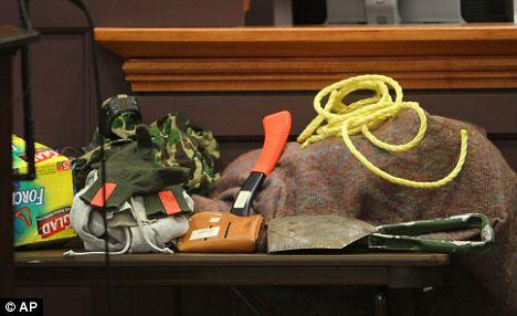 Rppe, un hacha, bolsas de basura: La evidencia se sienta en una mesa en la sala del tribunal durante el juicio Gribble el jueves