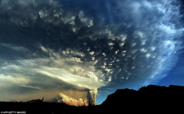 Chile volcano causes ash cloud and lightning tears the sky ...