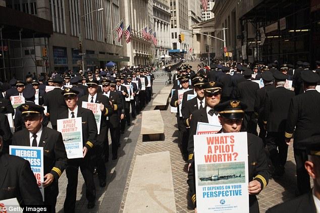 Unis: Plus de 700 cents pilotes Continental et United, rejoint par des pilotes supplémentaires provenant d'autres Air Line Pilots Association (ALPA), les transporteurs, la preuve en face de Wall Street, le mardi