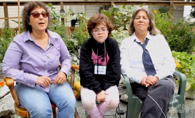 No hay presión: El niño de dos madres lesbianas adoptado dicen que no han obligado a su hijo a convertirse en una niña