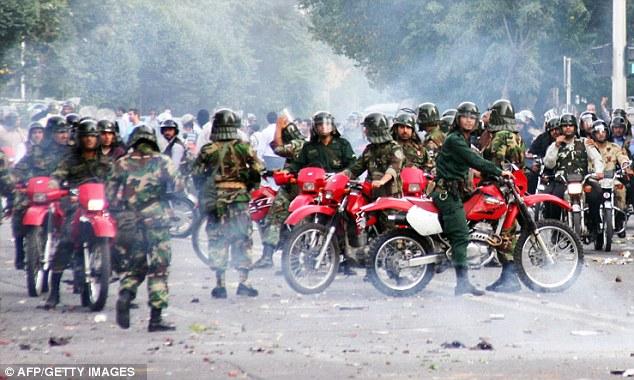 La policía iraní en sus motocicletas cuando se enfrentaban a los manifestantes durante la protesta de 2009 en la disputada elección presidencial