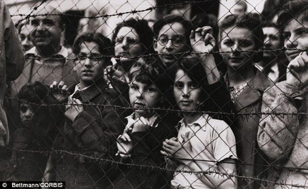 Campo de Vittel: Cientos de niños han nacido en el campo de prisioneros franceses que estaba rodeado por alambre de púas (en la foto de 1944)